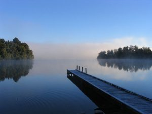 "Imagem: ""Morning mist on Lake Mapourika, New Zealand"", por Richard Palmer."